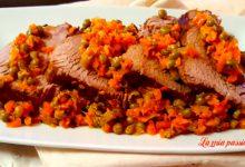 Vitello di carne con carote e piselli