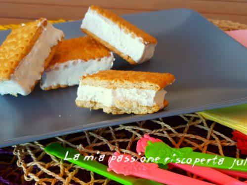 Gelato biscotto con panna