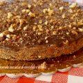 Cheesecake con salsa di cioccolato e briciole