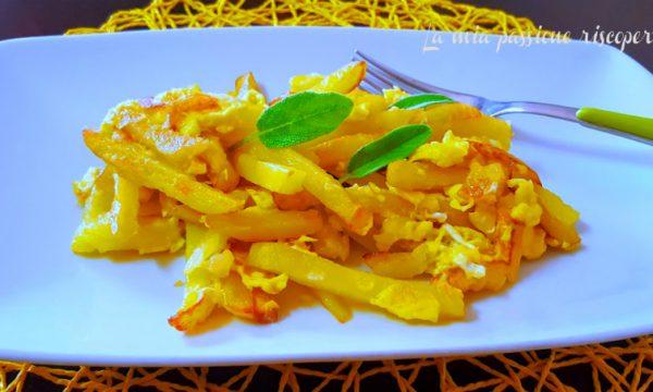Patate fritte in padella con uova