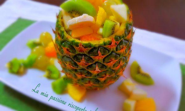 Buccia di ananas ripiena di frutta fresca