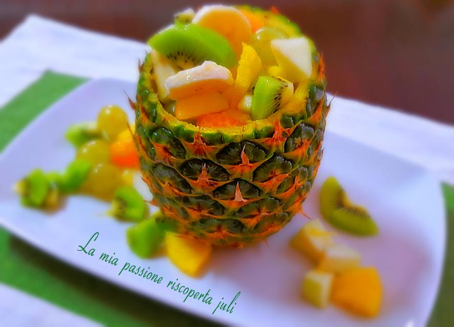 buccia di ananas ripiena di frutta