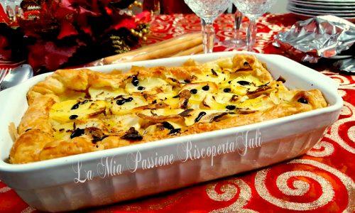 Pasta sfoglia ripiena di patate e salsiccia