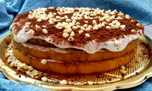 Torta tiramisu e gocce di cioccolato bianco