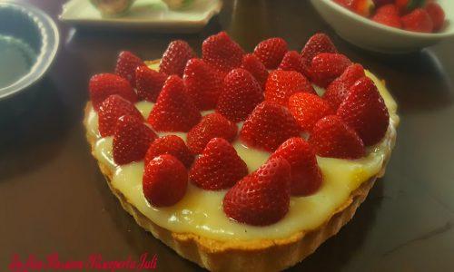 Crostata di cuore con fragole e crema al limone