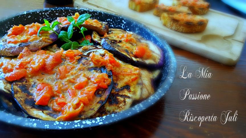 melanzane arrostite condite di pomodori e aglio