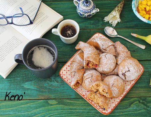 Buona colazione con cornetti e panini al cioccolato-fatti in casa