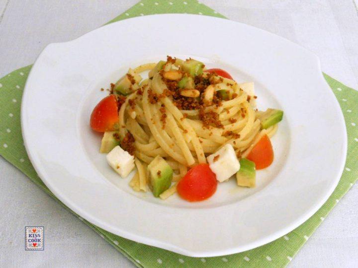 Bavette con salsa di avocado, pomodori e mozzarella