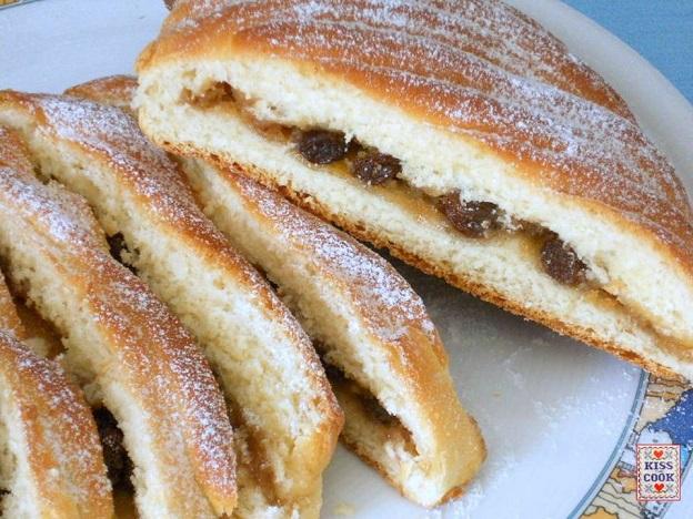pane dolce con uvette, mandorle e marzapane