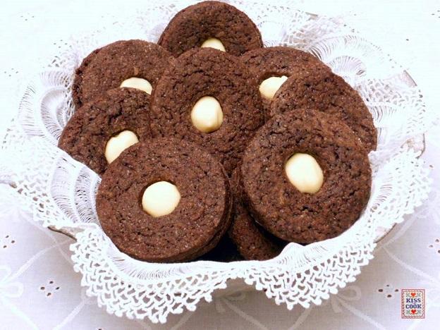 biscotti-al-cacao farciti con cioccolato bianco