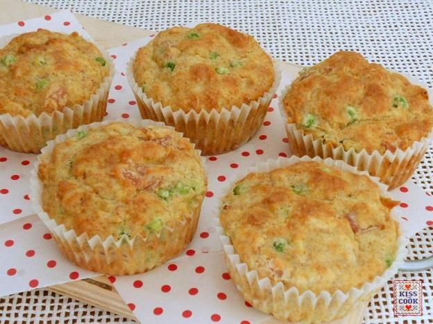 Muffin con farina integrale, prosciutto e piselli