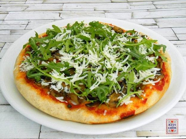 Pizza ai funghi, rucola e ricotta salata
