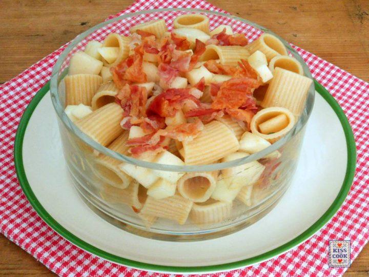 Insalata di pasta integrale, cacio, pere e pancetta