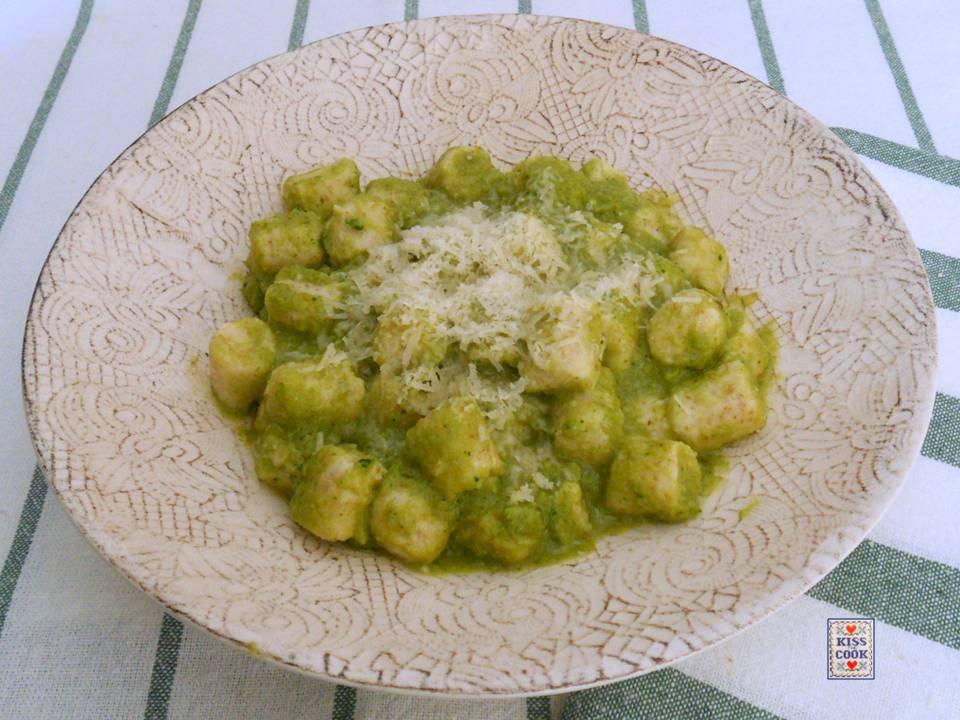 gnocchi di ricotta con farina integrale e crema di broccoli
