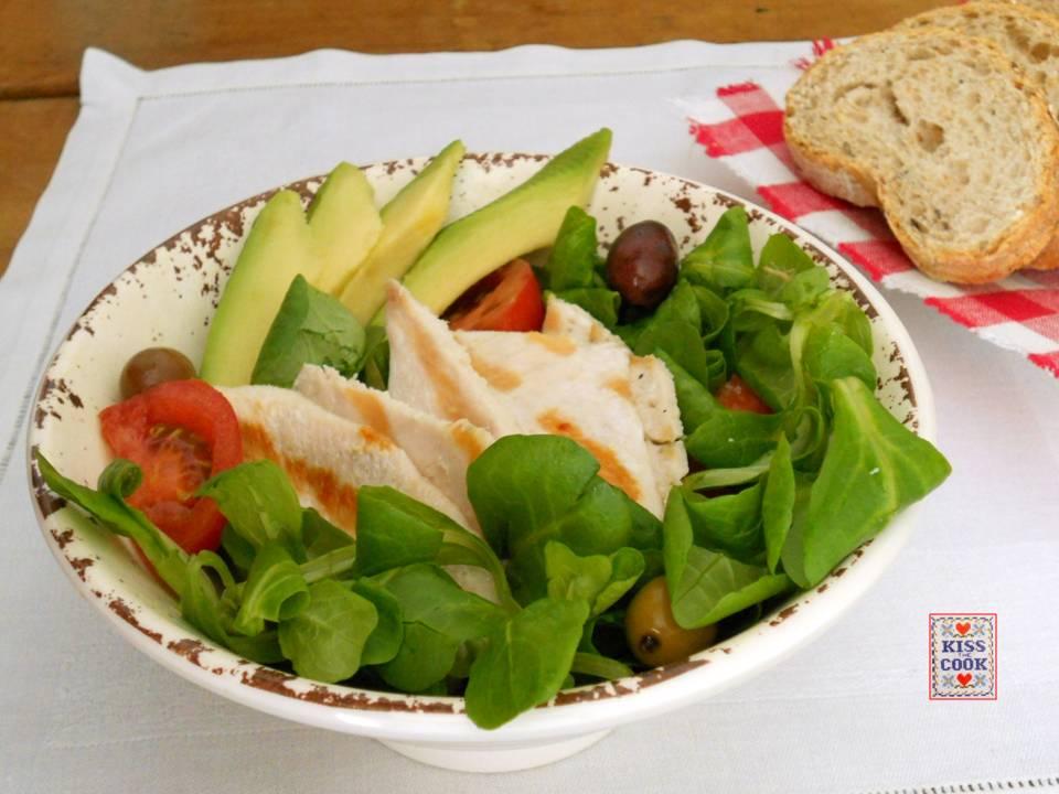 Petto di pollo alla griglia con avocado e insalata mista