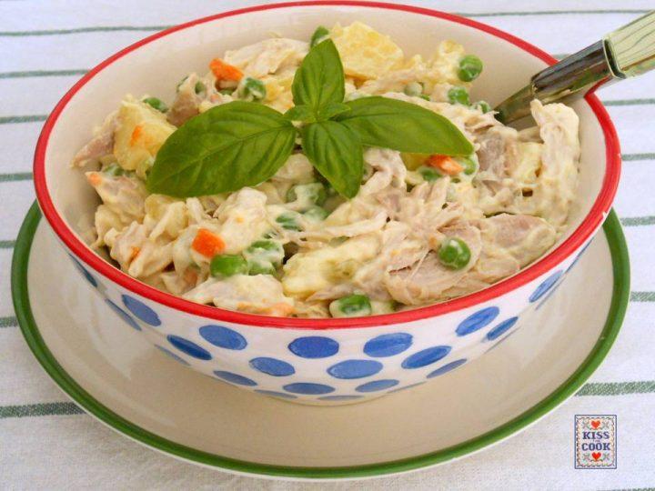 Insalata di pollo, patate, piselli e maionese vegana