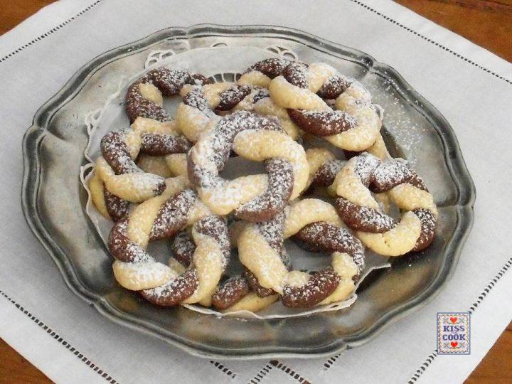 Biscotti coroncine cioccolato e mandorle