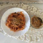 Pasta c'anciova e muddica ( Pasta con estratto di pomodoro e mollica abbrustolita )