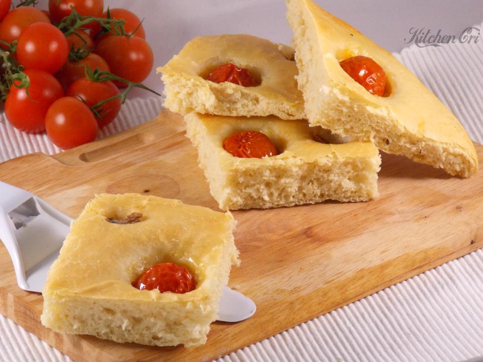 Focaccia pomodorini e acciughe