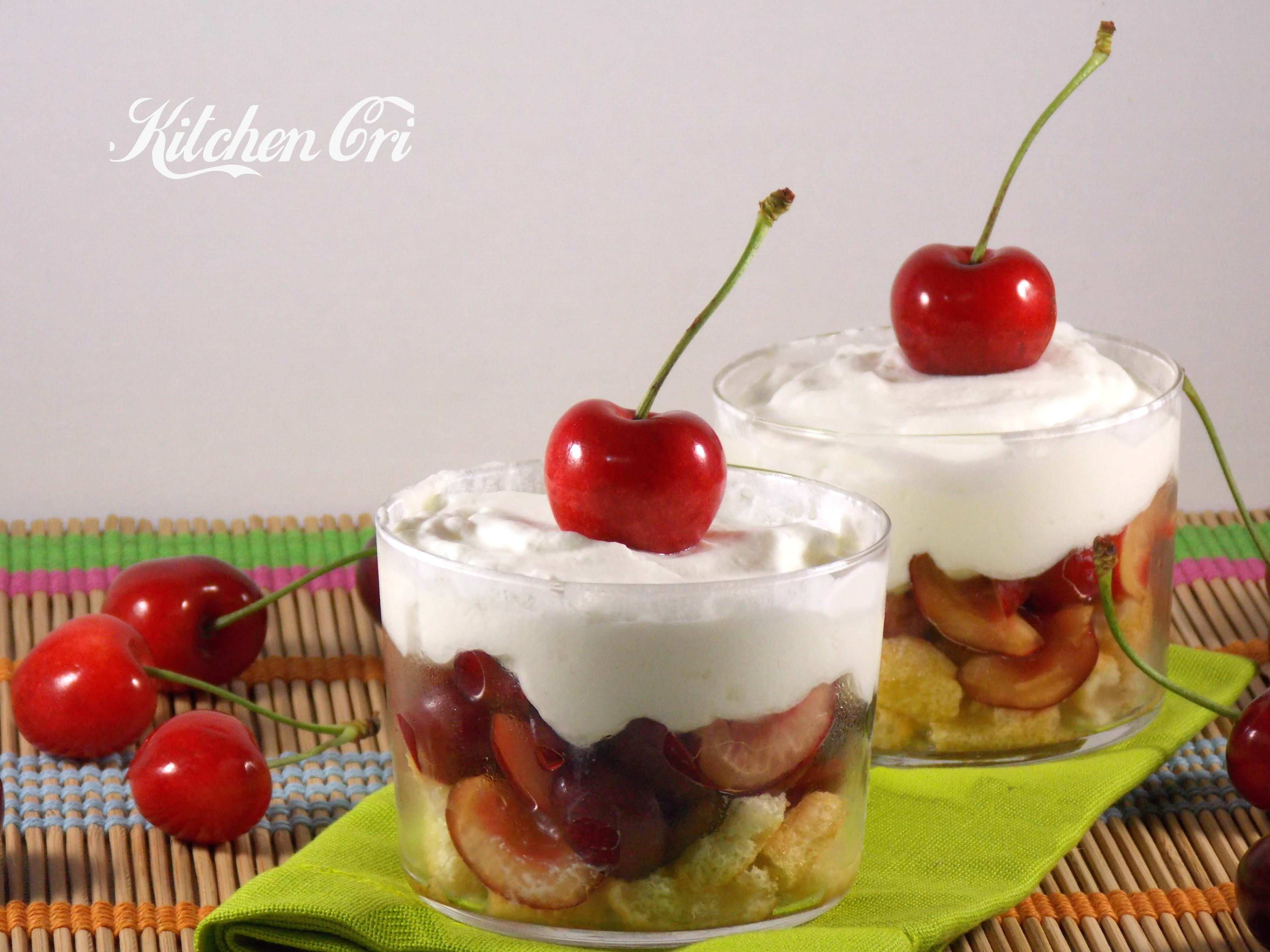 Crema di yogurt con ciliegie