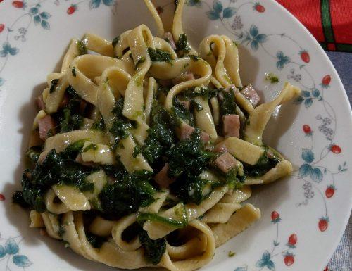 Tagliatelle fresche con spinaci e prosciutto cotto.