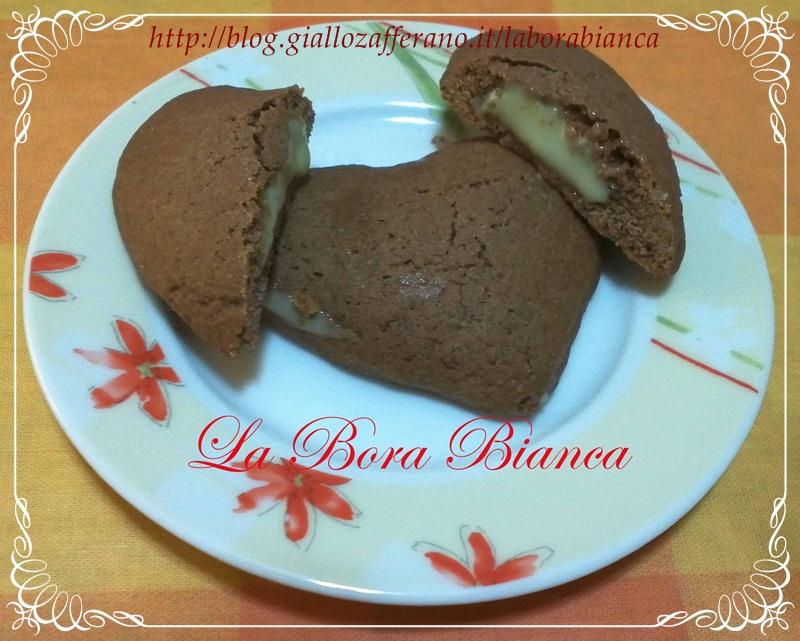 Cuori al cacao ripieni di crema al cioccolato bianco | ricetta Grisbì | La Bora Bianca
