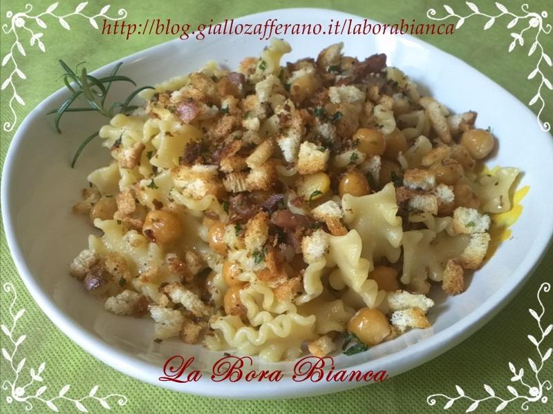 Mafalde corte con ceci e briciole croccanti | ricetta pasta e ceci | La Bora Bianca