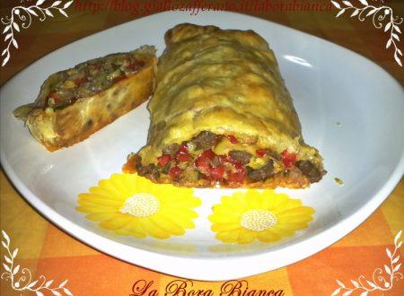 Rotolo di pasta sfoglia con verdure e carne, ricetta piatto unico
