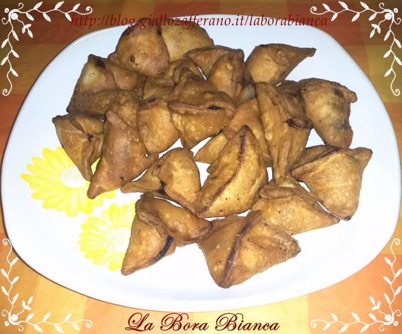 Samosa di verdure (ravioli fritti di verdure) | ricetta indiana vegana | La Bora Bianca