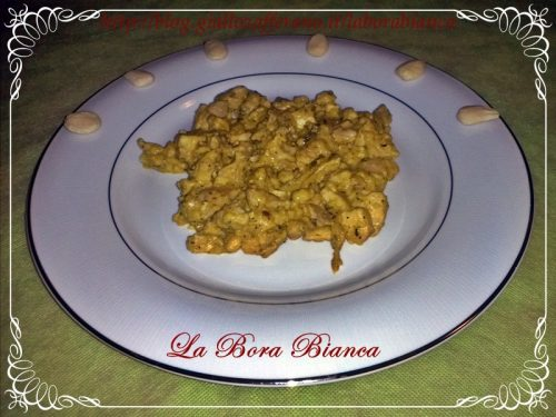 Spezzatino di pollo con salsa all'uovo e mandorle, ricetta spagnola