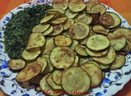 Chips di zucchine con salsa al prezzemolo, ricetta vegana