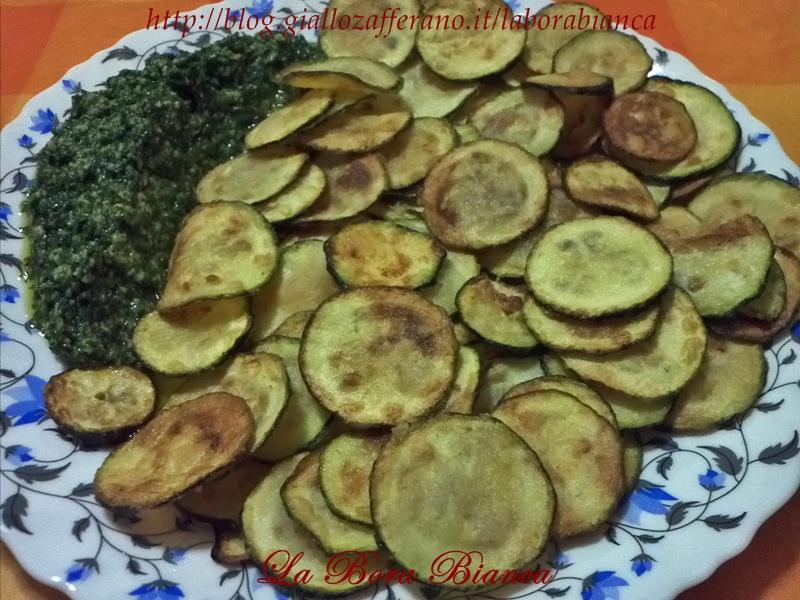 Chips di zucchine con salsa al prezzemolo | ricetta vegana | La Bora Bianca