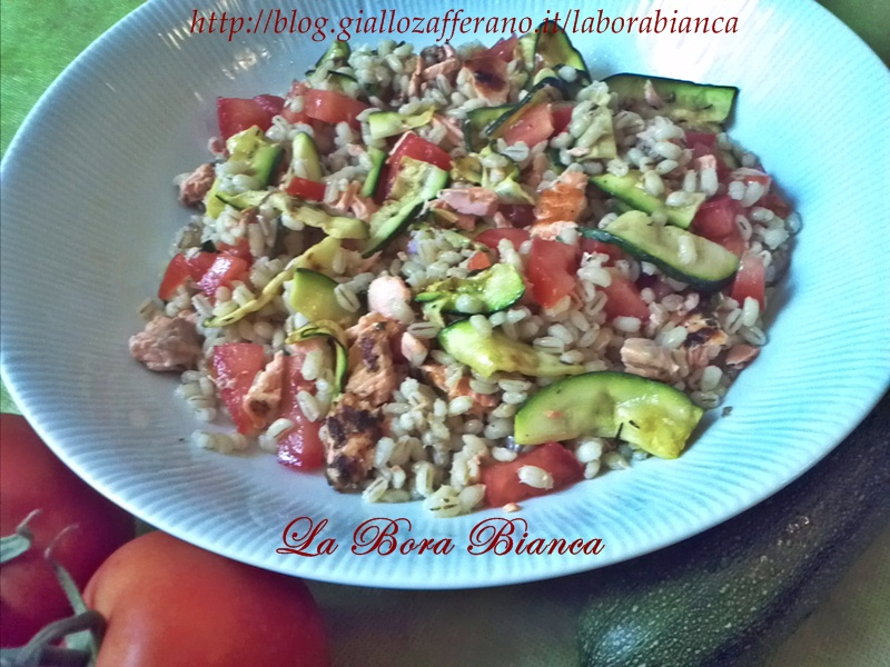 Insalata di orzo con salmone e zucchine | ricetta estiva | La Bora Bianca
