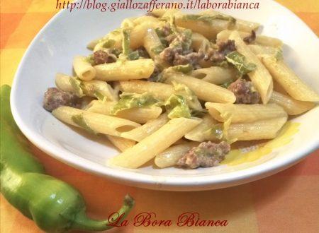 Pasta con friggitelli e salsiccia, ricetta semplice e veloce
