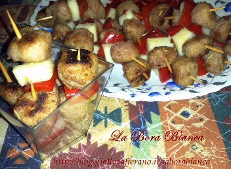 Stuzzichini di salsiccia, peperoni e formaggio, ricetta finger food