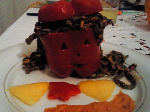 Tagliolini al nero di seppia con salsa di peperoni, ricetta primo piatto di Halloween