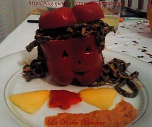 Tagliolini al nero di seppia con salsa di peperoni La Bora Bianca