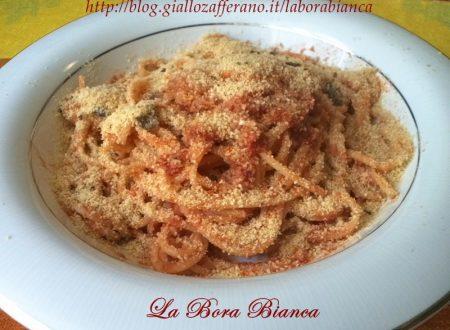 Spaghetti con acciughe e pangrattato tostato, ricetta mediterranea