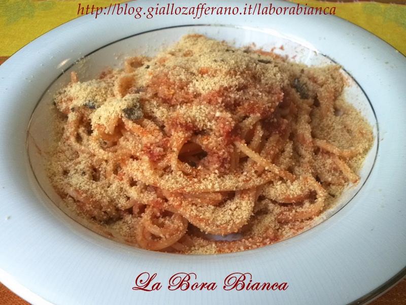 Spaghetti con acciughe e pangrattato tostato, ricetta mediterranea La Bora Bianca