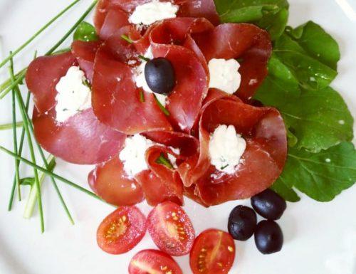 Fiori di bresaola con formaggio fresco ed erba cipollina
