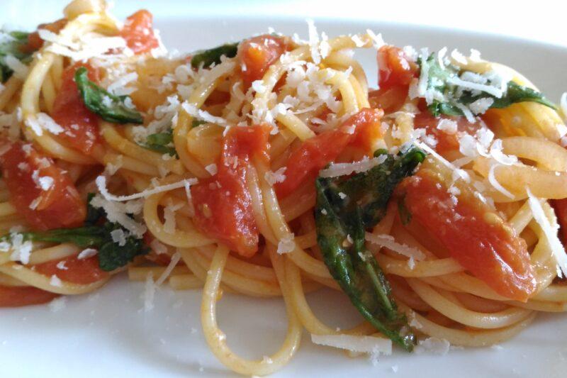spaghetti risottati pomodorini scalogno e rucola