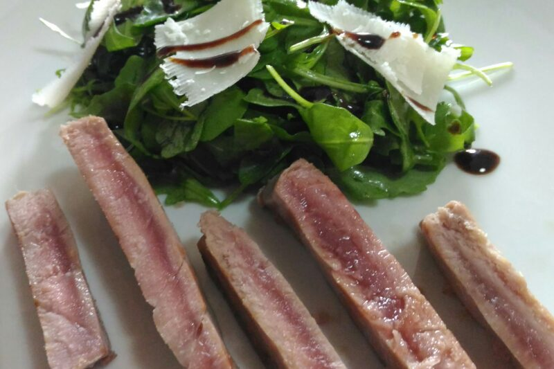 Tagliata di tonno con rucola e scaglie di parmigiano reggiano