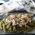 pasta all'ortica con salmone, sesamo nero e pistacchi