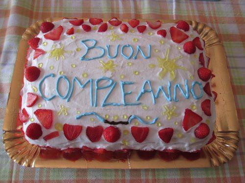 SPONGE CAKE AL CACAO RIPIENA DI CREMA GIALLA, PANNA E FRAGOLE