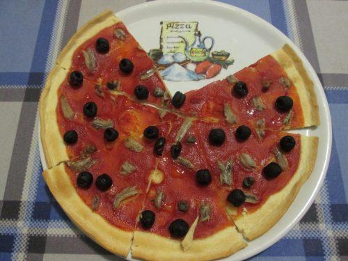 FINTA PIZZA CON ACCIUGHE ED OLIVE NERE