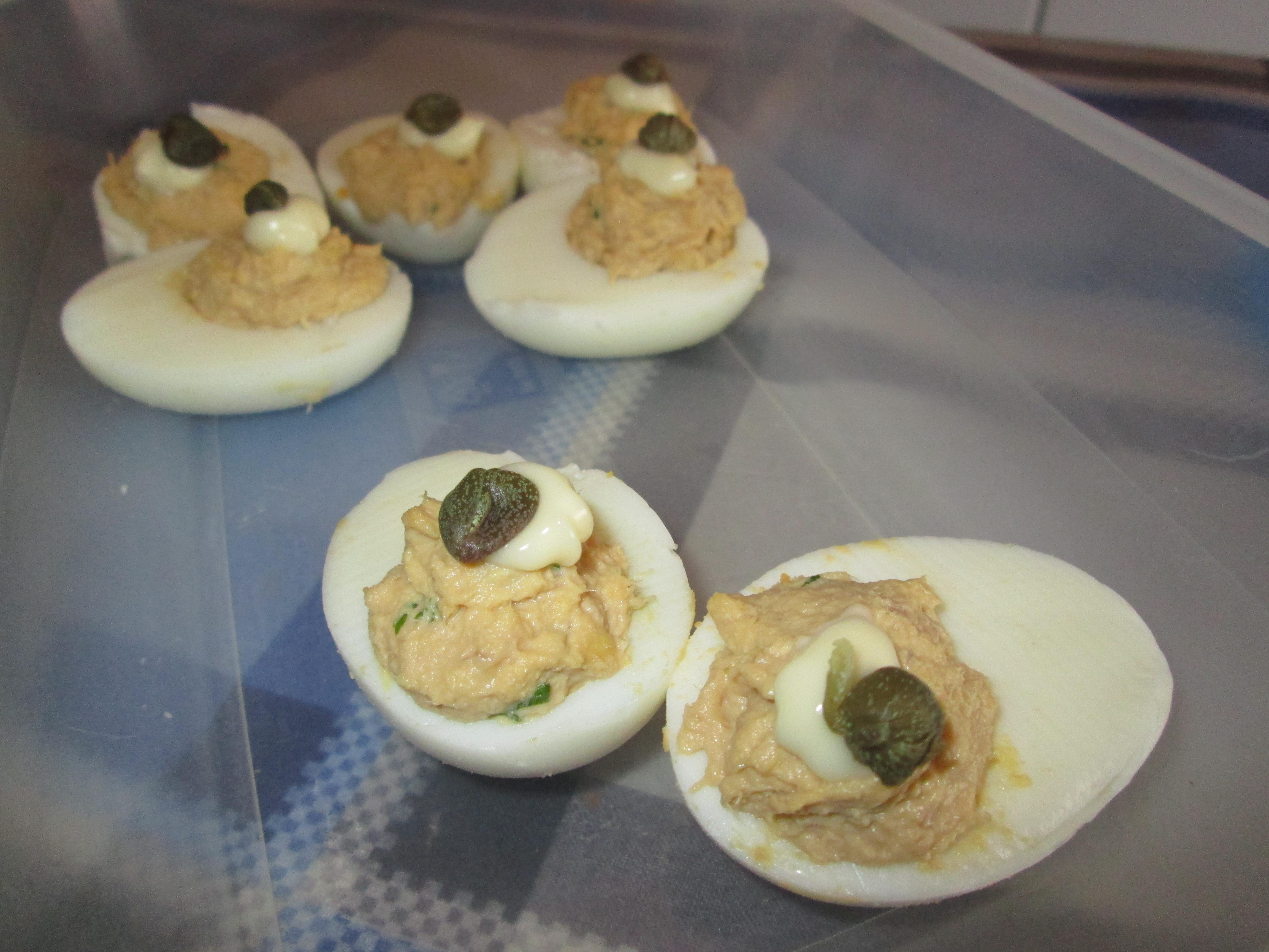 Uova sode ripiene la cucina azzurra di francesca for La cucina di francesca valmadonna