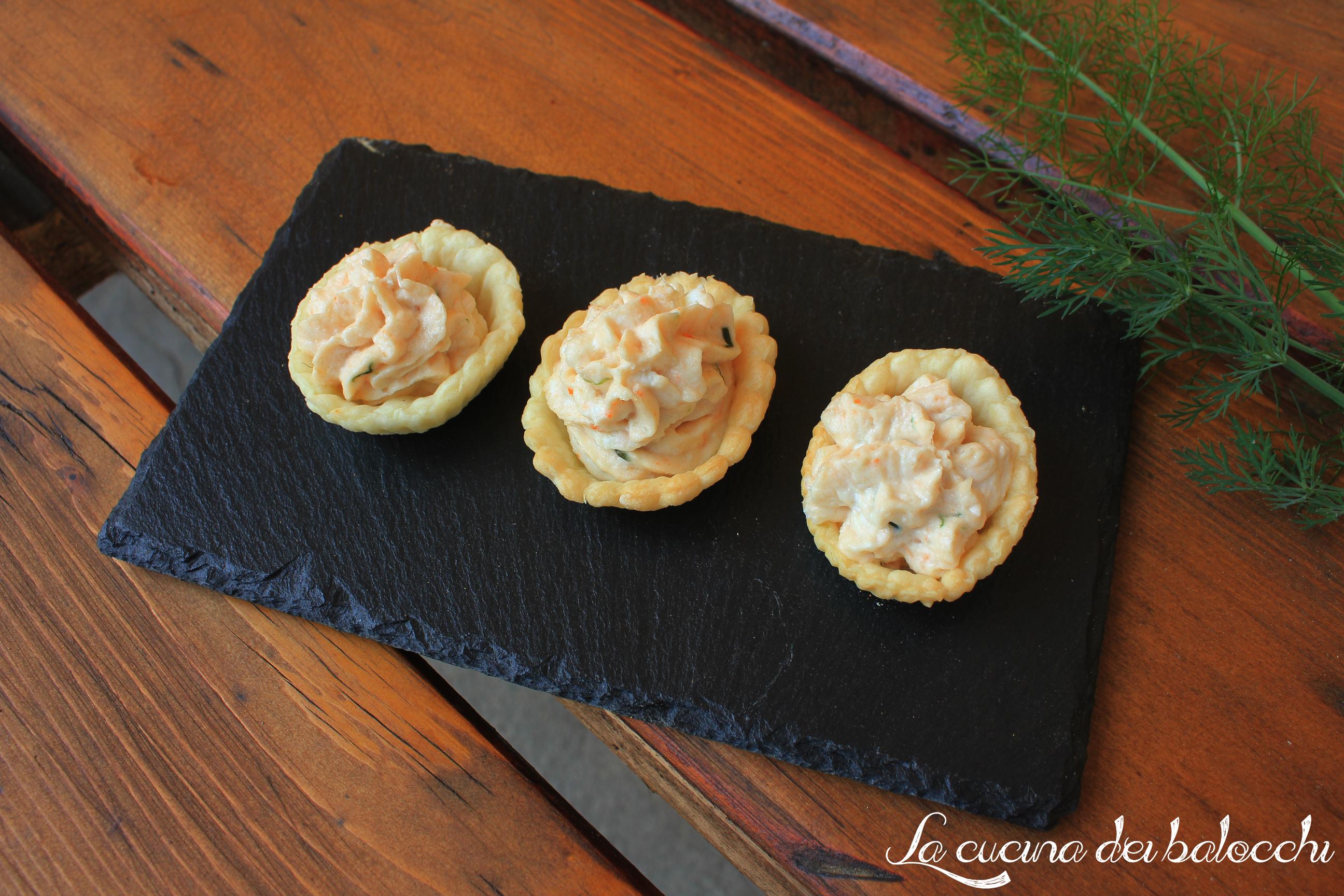 Mini tartellete con mousse di salmone e surimi
