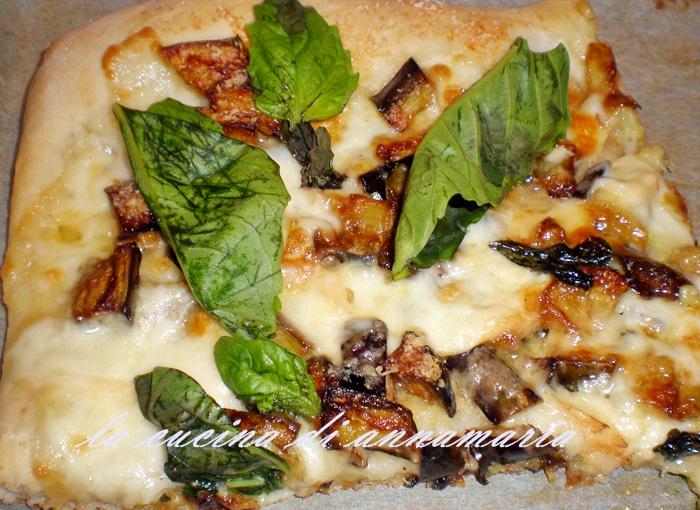 pizza con melanzane provola e basilico