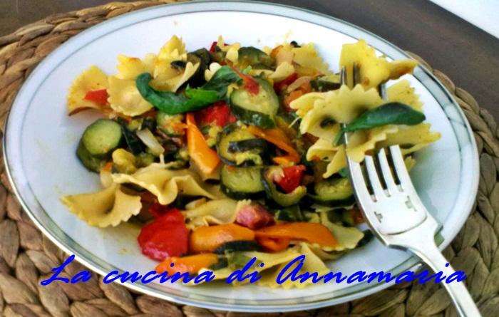farfalle con zucchine peperoni e pancetta
