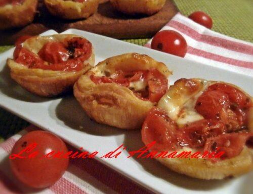 Pizzette sfogliate mozzarella e pomodoro